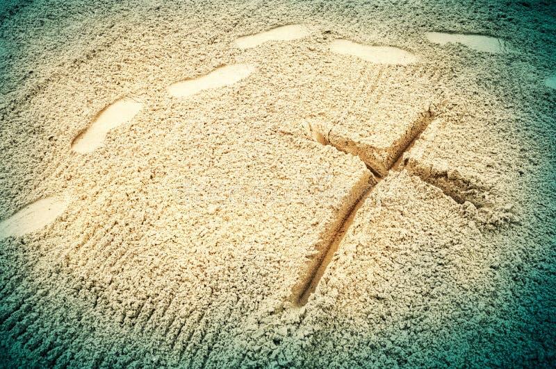 Kreuz im Sand lizenzfreies stockfoto