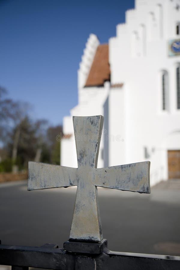 Kreuz am Kirche-Gatter lizenzfreies stockbild