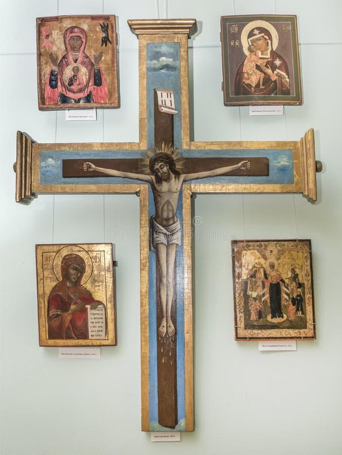 Kreuz mit Christus und vier Ikonen stockfotos