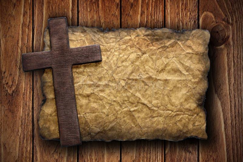 Kreuz schnitt vom Holz auf dem alten Papier heraus stockfotografie