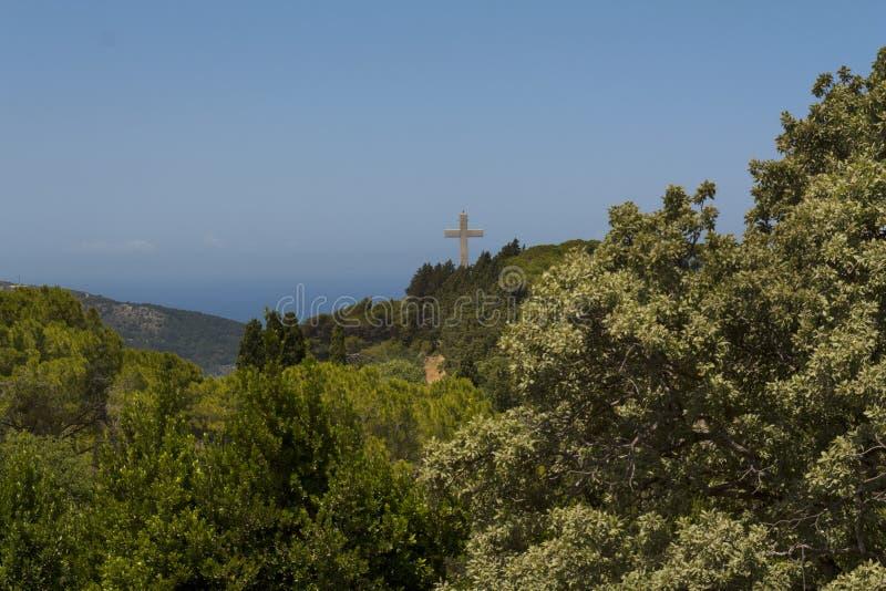 Kreuz und die Aussichtsplattform auf den Berg filerimos, Griechenland, Rhodos lizenzfreies stockfoto