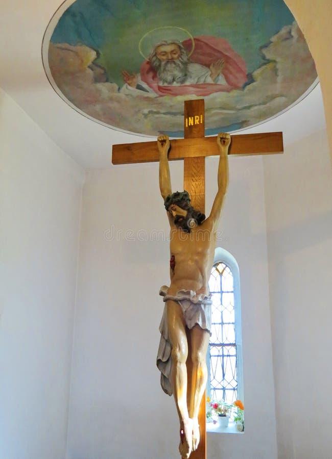 Kreuz und Jesus Christ in der Kirche, Litauen stockbild
