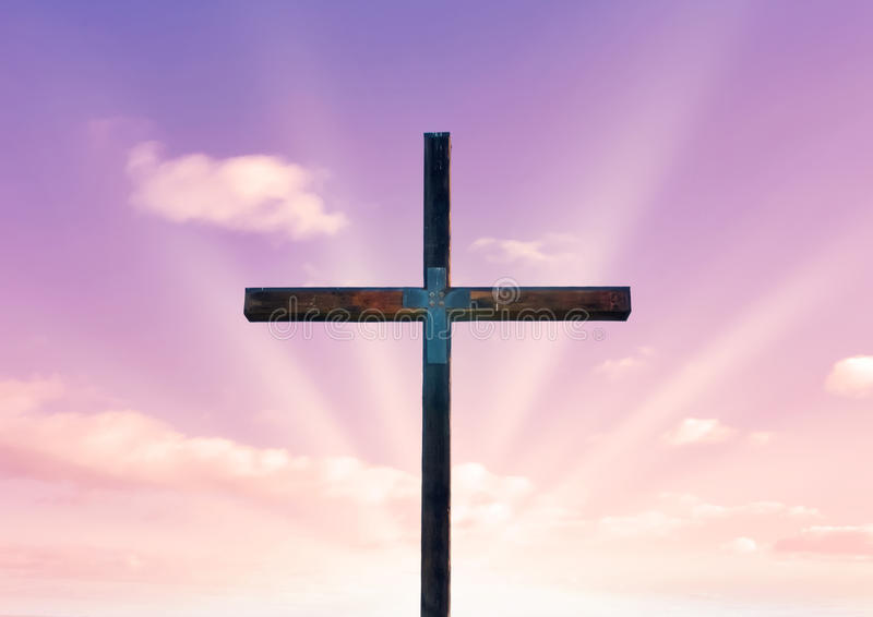 Kreuz von Christ und von rosafarbenem Himmel lizenzfreie abbildung