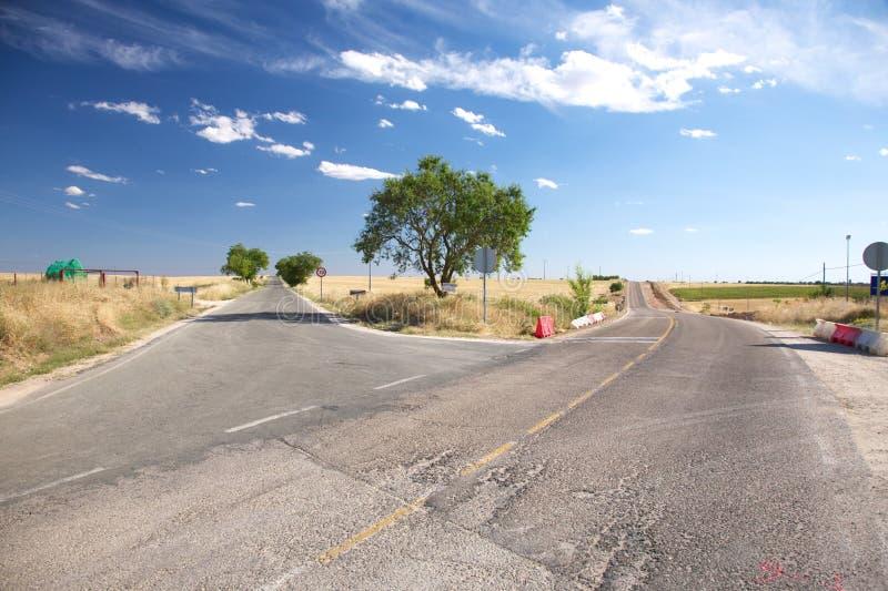 Kreuz von zwei landwirtschaftlichen Straßen lizenzfreies stockfoto