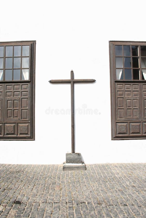 Kreuz zwischen zwei Windows lizenzfreie stockfotografie