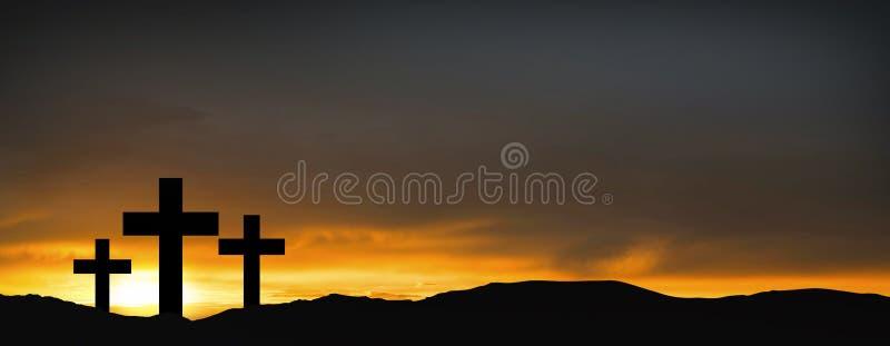 Kreuze auf dem Hügel über Sonnenunterganghintergrund Religiöses Konzept von stockfoto