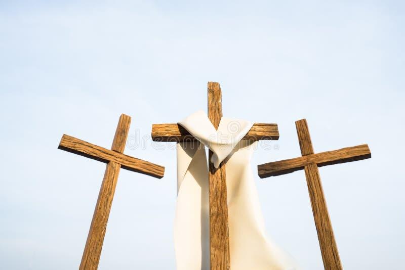 3 Kreuze in einer Stadt stockbilder