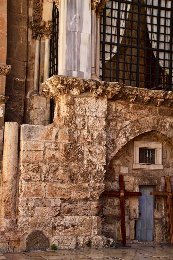 Kreuze lehnen sich an der Kirche vom heiligen begraben in Jerusalem stockfoto