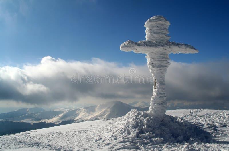 Kreuzen Sie auf dem Gipfel stockfoto