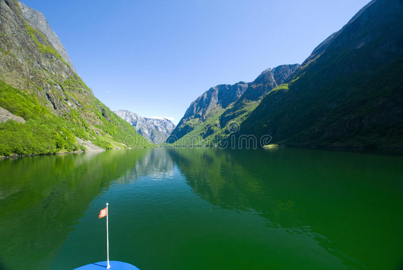 Kreuzen Sie in den Fjord lizenzfreies stockbild