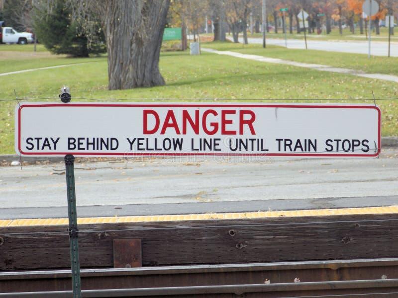 Kreuzen Sie nicht gelbe Linie lizenzfreie stockfotos