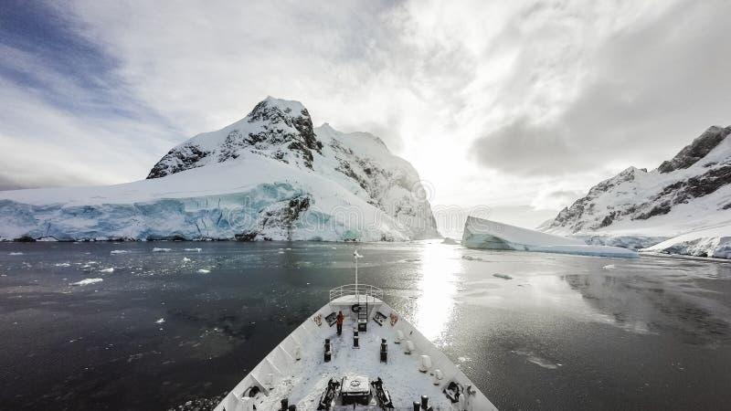 Kreuzen unter Eis lizenzfreies stockfoto