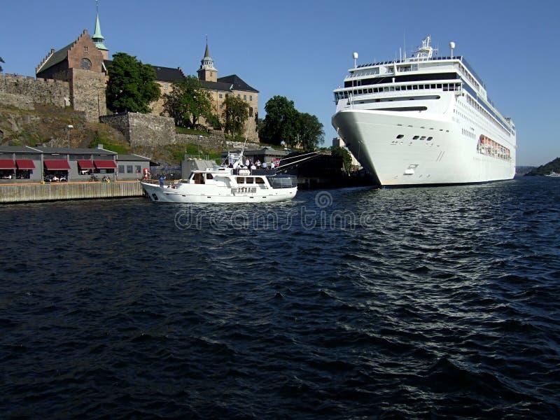 Kreuzer im Oslo-Hafen stockfoto