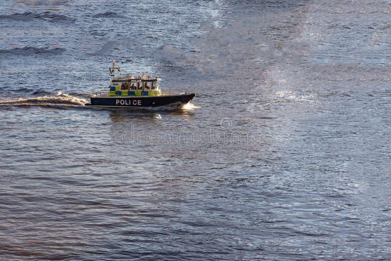 Kreuzerausschnitt des Sheriffs durch das Wasser in einer blauen Bucht stockfoto