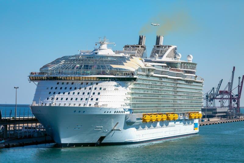 Kreuzerschiffe, Docks und Hafenanlagen innerhalb des habour stockfoto