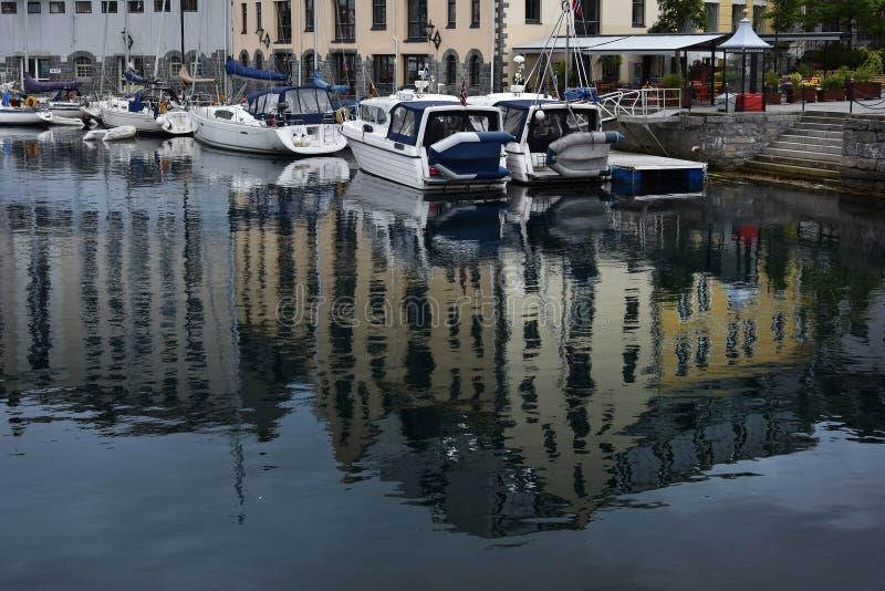 Kreuzfahrtboot in Alesund-Hafen, Norwegen lizenzfreies stockbild