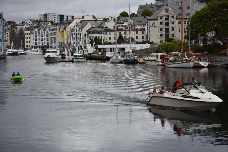 Kreuzfahrtboot in Alesund-Hafen, Norwegen lizenzfreie stockbilder