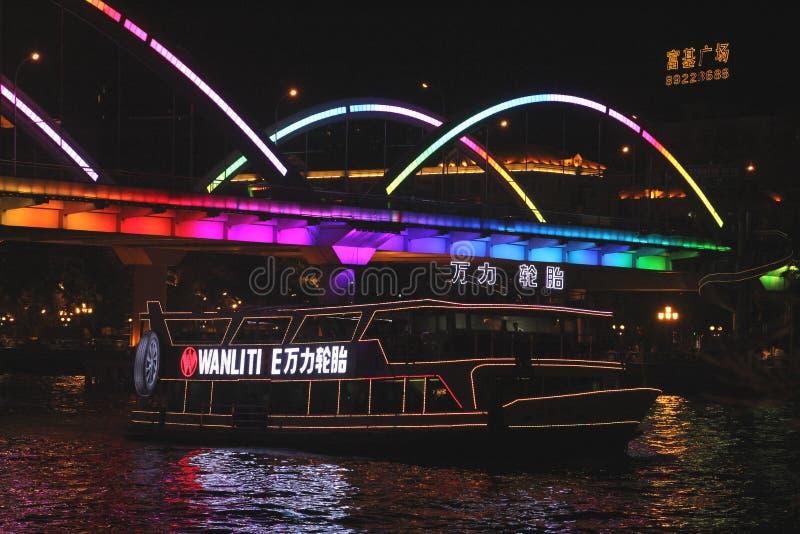 Kreuzfahrtboot beim Pearl River in Guangzhou bis zum Nacht lizenzfreie stockfotografie