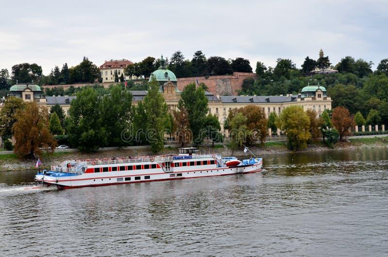 Kreuzfahrtboot nahe der Stadt von Prag lizenzfreies stockbild