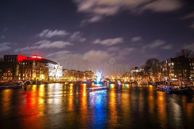 Kreuzfahrtbootseile in den Nachtkanälen Helle Installationen auf Nachtkanälen von Amsterdam innerhalb des hellen Festivals lizenzfreie stockfotos