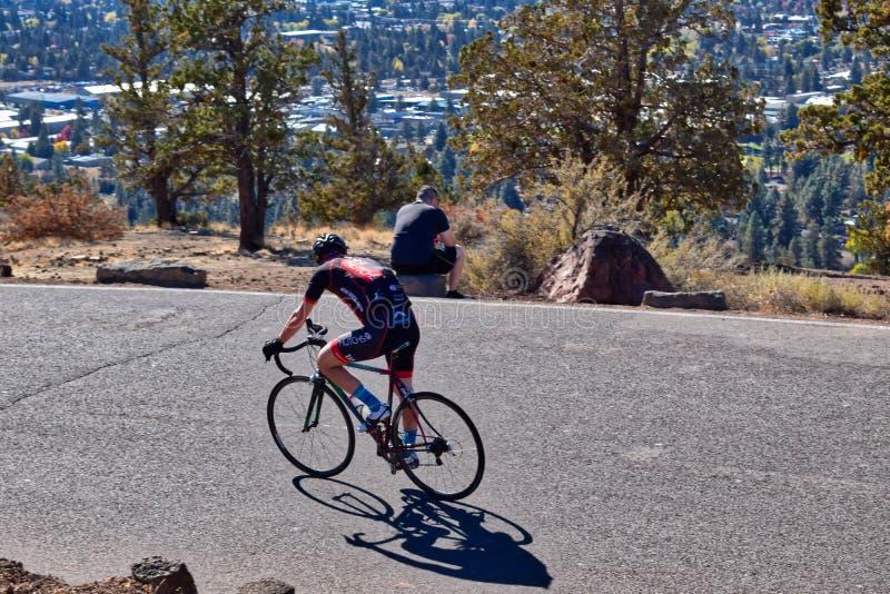 Kreuzfahrten eines Fahrradreiters entlang der Spitze von Versuchs-Butte in der Biegung, Oregon lizenzfreie stockbilder