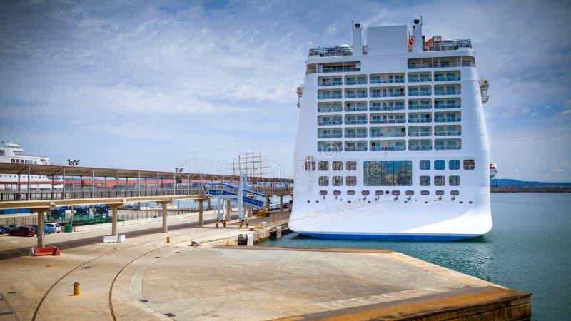 Kreuzfahrtschiff festgemacht in einem Seehafen stockbilder