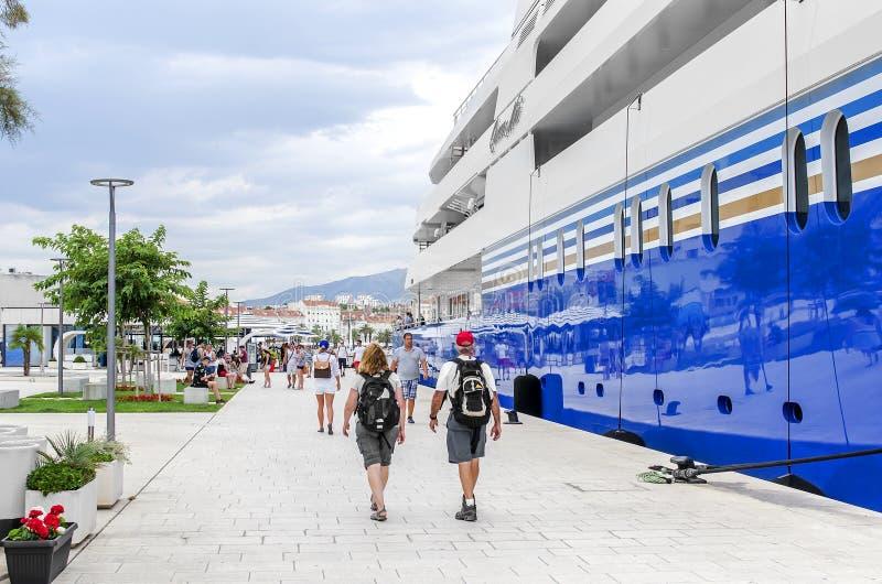 Kreuzfahrtschiff im Hafen der Spalte Kroatien lizenzfreies stockbild