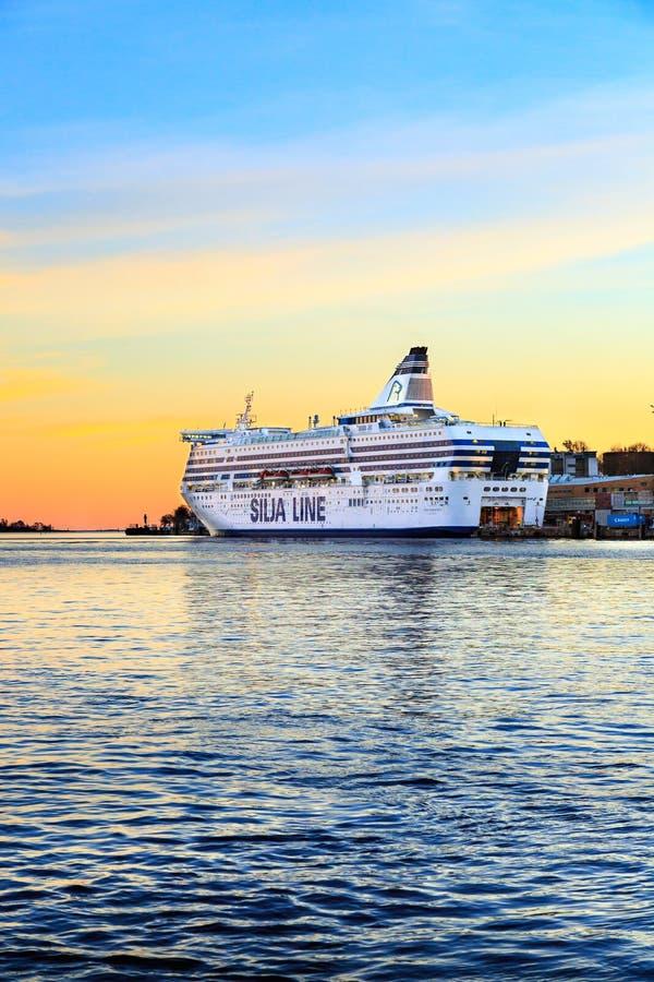 Kreuzfahrtschiff im Hafen Landschaft des Golfs bei buntem Sonnenuntergang lizenzfreie stockfotos