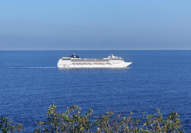 Kreuzfahrtschiff nahe der Krimküste stockfotos