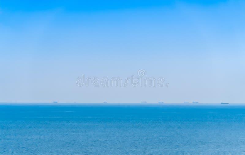 Kreuzfahrtschiff und Frachtschiff auf dem Horizont flößen, Horizont, Meer, Geschäft lizenzfreies stockbild