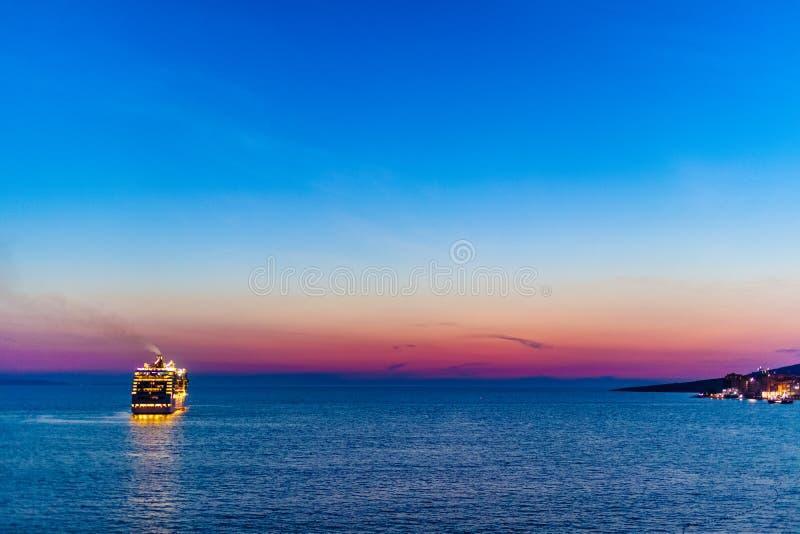 Kreuzfahrtschiff, welches die albanische Küste nahe Saranda lässt stockfotografie
