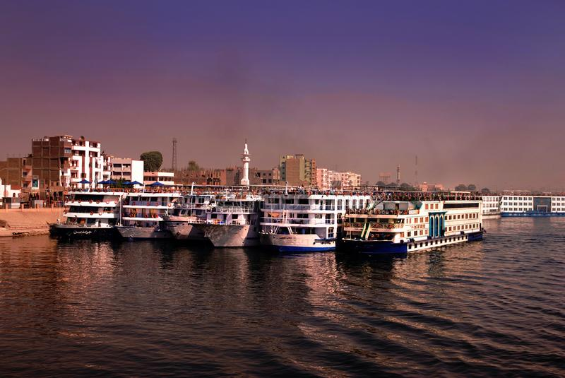Kreuzfahrtschiffe auf Fluss Nil verankert bei Edfu, Ägypten lizenzfreies stockfoto