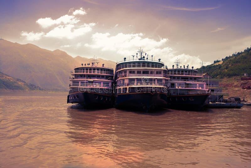 Kreuzfahrtschiffe beim Jangtse im Porzellan stockfoto