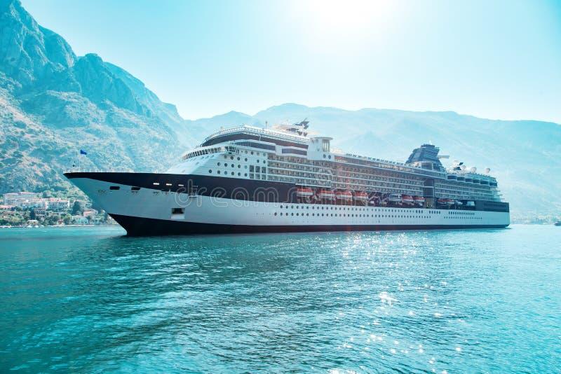 Kreuzfahrtschiffschiffsschwimmen in blauem adriatischem Meer stockfoto