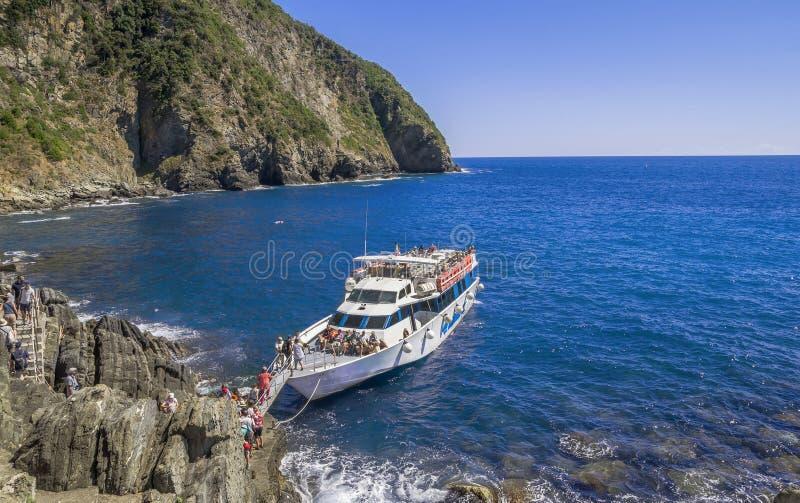 Kreuzfahrttransport herein auf dem Mittelmeer in Cinque-terre, Italien lizenzfreies stockfoto