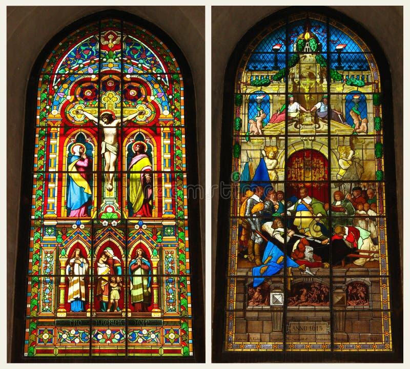 Kreuzigung im Stained-glassfenster stockbild