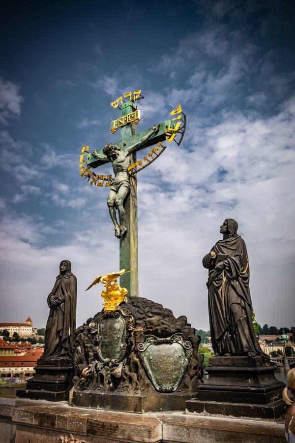Kreuzigungsstatue von Christus auf Charles-Brücke, Prag, Tschechische Republik lizenzfreie stockfotos