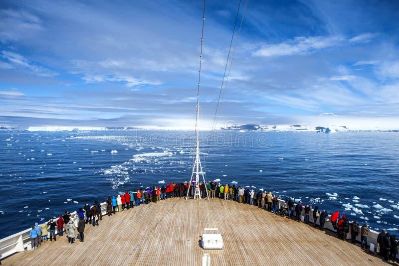 Kreuzschiff in Antarktik lizenzfreies stockfoto