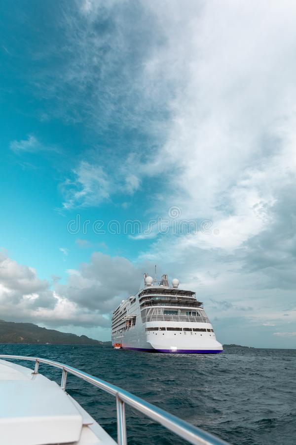 Kreuzschiff auf dem Ozean lizenzfreie stockfotos