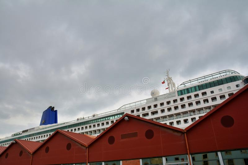 Kreuzschiff auf dem Tajo in Lissabon stockfotos