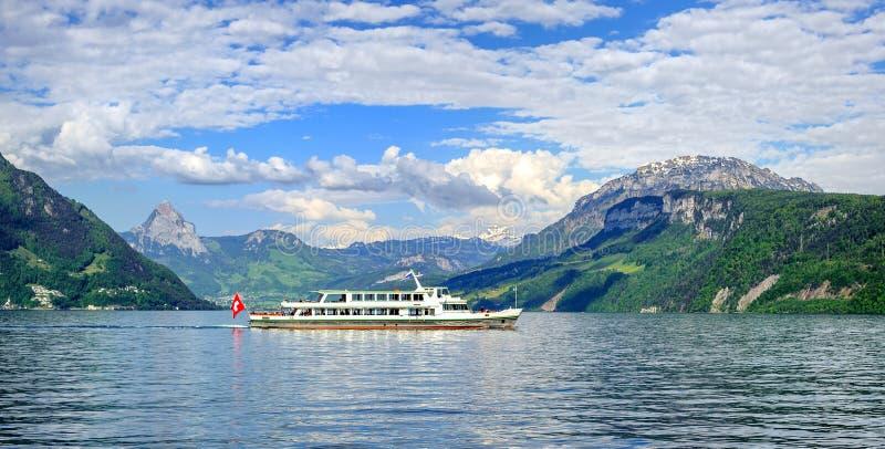 Kreuzschiff auf Luzerner See, Alpen Berge, die Schweiz lizenzfreie stockbilder