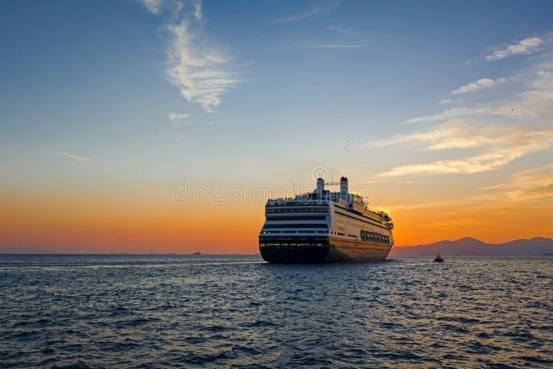 Kreuzschiff bei dem Sonnenuntergang bereit abzureisen stockfotos