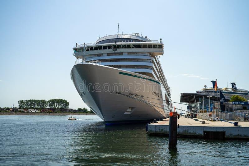 Kreuzschiff Crystal Serenity am Liegeplatz Warnemuende im Wasserstand von Rostock-Seehafen stockfotos