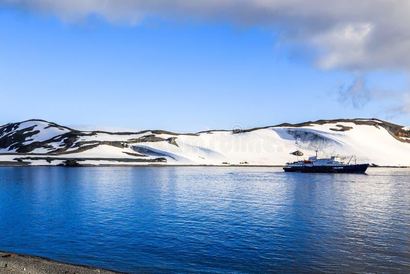 Kreuzschiff, das noch auf der Oberfläche mit dem Schnee bedeckt steht lizenzfreie stockfotografie