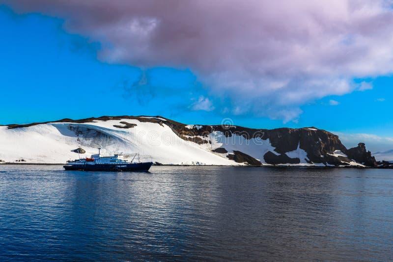 Kreuzschiff, das noch auf der Oberfläche mit dem Schnee bedeckt steht lizenzfreies stockfoto