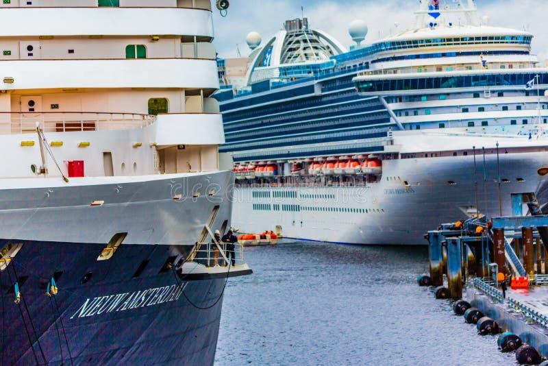 Kreuzschiff am Dock lizenzfreie stockfotos