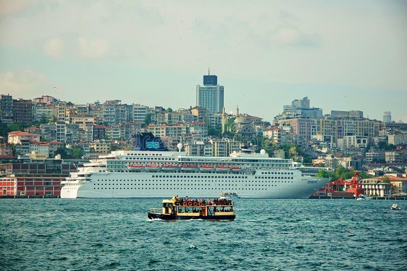Kreuzschiff gegen kleines touristisches Boot in Istanbul-Hafen lizenzfreies stockbild