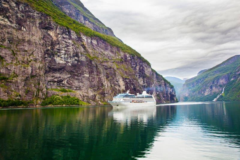 Kreuzschiff im Geiranger Fjord, Norwegen lizenzfreies stockfoto