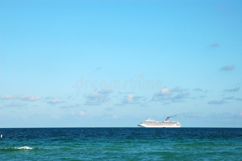 Kreuzschiff im Meer lizenzfreie stockfotos