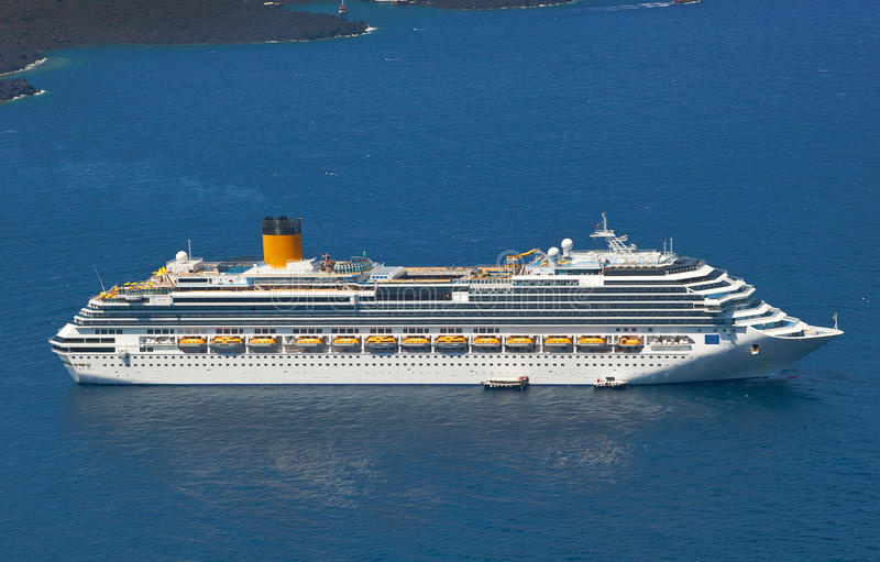Kreuzschiff nahe Vulkan auf Insel von Santorini stockfotos